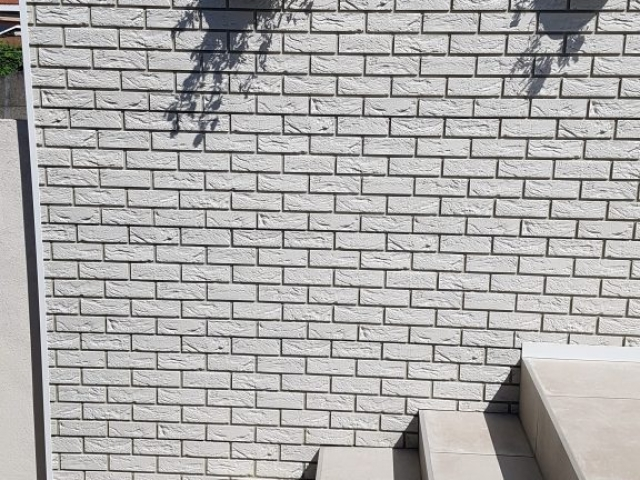 Zijmuur netjes afgewerkt met Coverstone gevelpanelen