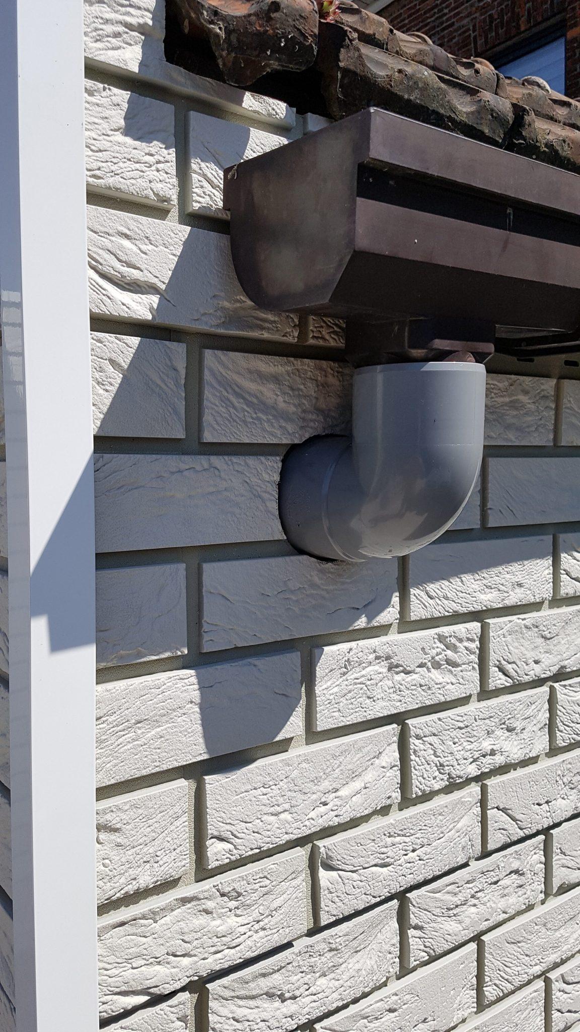 Coverstone panelen eenvoudig uitgewerkt rond regenpijp